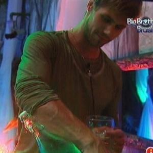 Jonas prepara bebida durante a festa (25/3/12)
