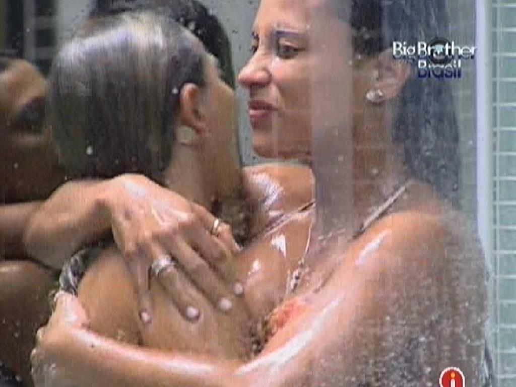 Kelly (dir.) abraça Fabiana (esq.) durante o banho (25/3/12)