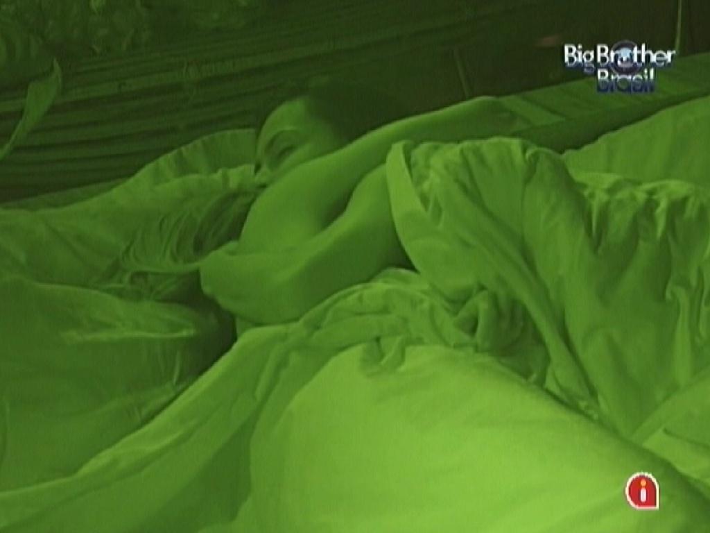 Kelly e Fabiana se abraçam deitadas no quarto do líder (25/3/12)