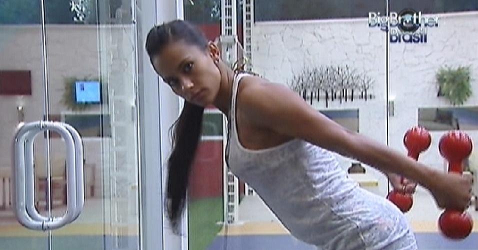 Kelly faz exercícios para os braços na academia (25/3/12)