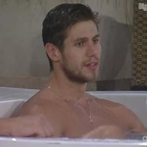 """Na hidromassagem, Jonas fala para Fael que teme ser eliminado porque teve """"muitas discussões"""" (25/3/12)"""