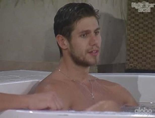 Na hidromassagem, Jonas fala para Fael que teme ser eliminado porque teve