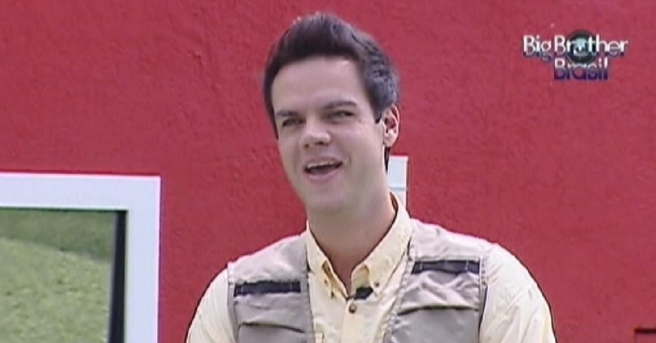 O apresentador Vinicius Valverde inicia a prova da comida deste domingo (25/3/12)