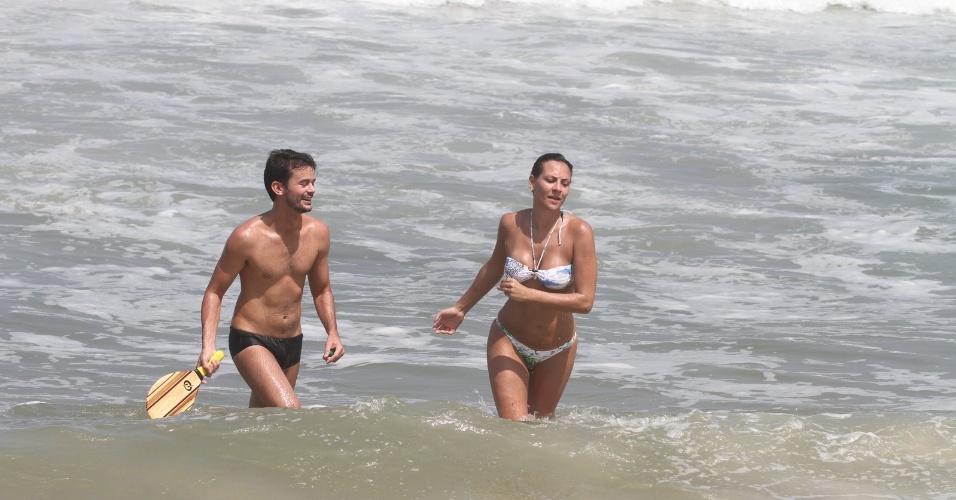 Os ex-BBB's Analy Rosa e Alan curtem praia na zona oeste do Rio (25/3/2012)