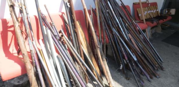 Barras de ferro e bastões de madeira usados na briga entre torcedores dos clubes rivais