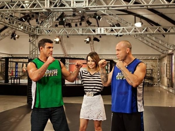 Sandy posa com os lutadores Vitor Belfort e Wanderlei Silva (d)