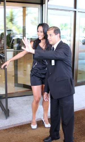 A ex-BBB Kelly, 12ª eliminada do reality show com 57% dos votos, sai correndo de hotel no Rio de Janeiro (26/3/12)
