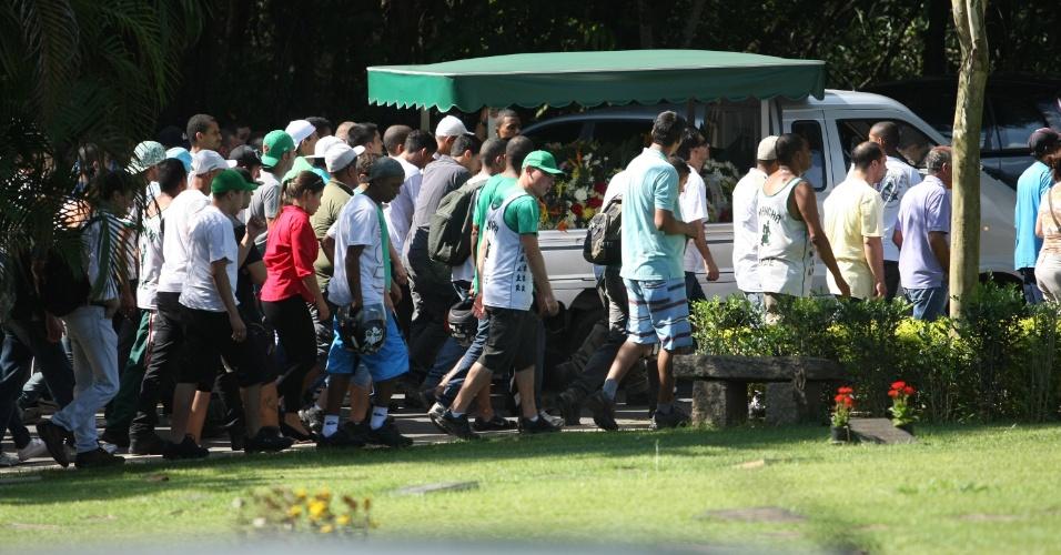 André Alves, o Lezo, torcedor do Palmeiras morto após briga com rivais corintianos, é enterrado em São Paulo