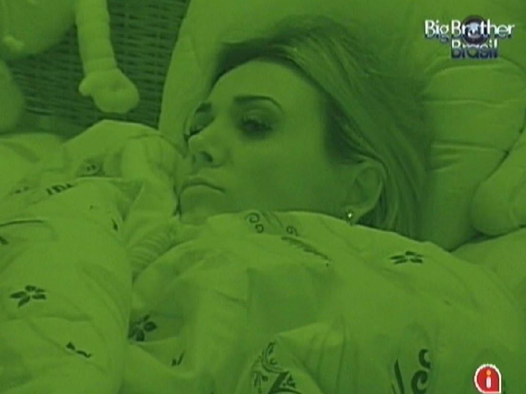 Após eliminação de Kelly, Fabiana está pensativa no quarto Praia (26/3/12)