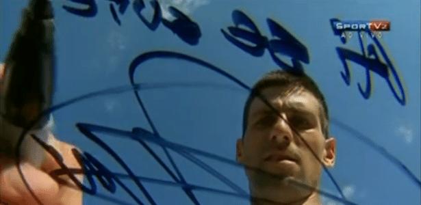 """Djokovic assina """"Ai, Se Eu Te Pego"""" para comemorar vitória sobre compatriota"""
