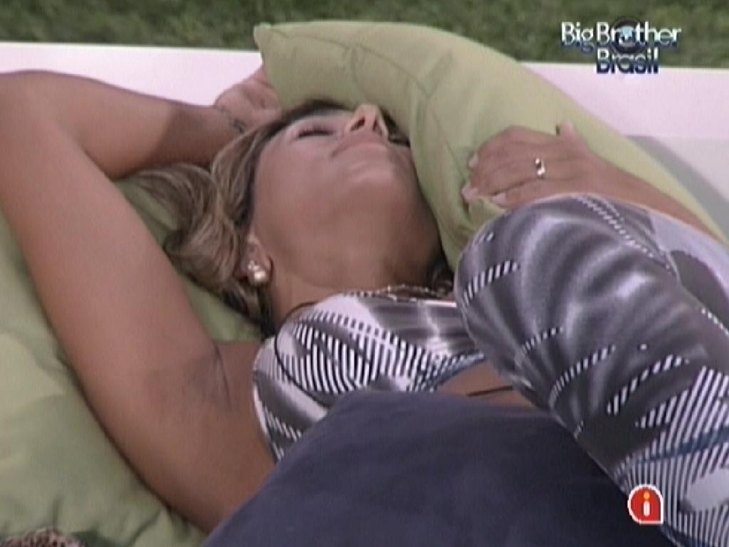 Fabiana descansa deitada no futon (26/3/12)