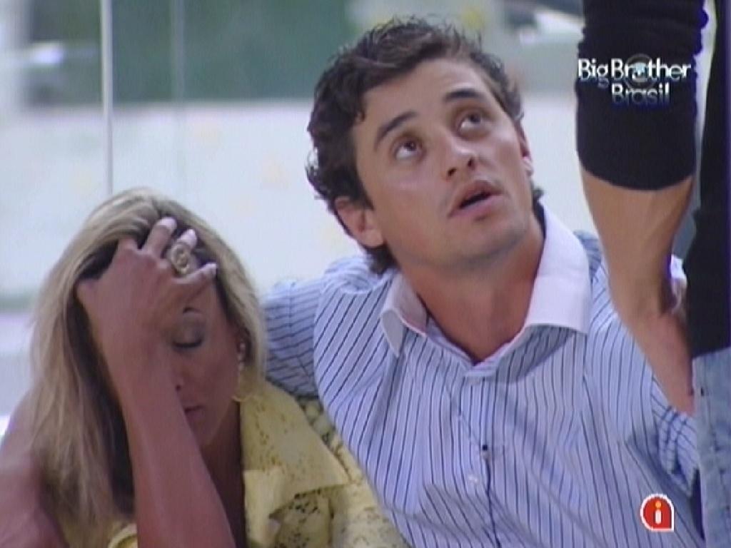 Fabiana é consolada por Fael após eliminação de Kelly (26/3/12)
