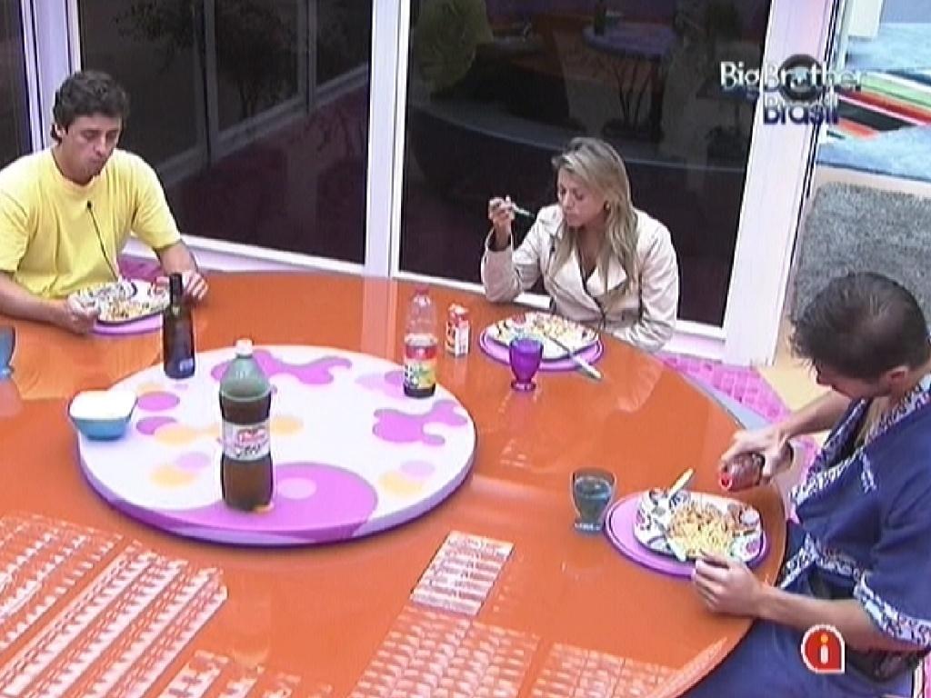 Fael (esq.), Fabiana e Jonas (dir.) se reúnem para jantar estrogonofe (26/3/12)