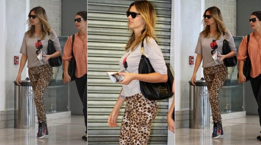 Fernanda Lima circula pelo aeroporto Santos Dumont, centro do Rio (26/3/2012)