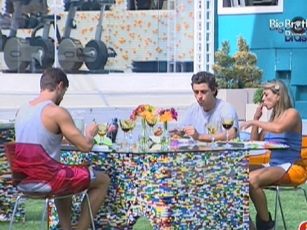 Jonas, Fael e Fabiana almoçam na área externa (26/3/12)