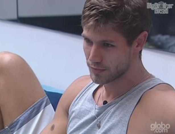 Jonas se explica para Fael sobre ter falado que clima da casa