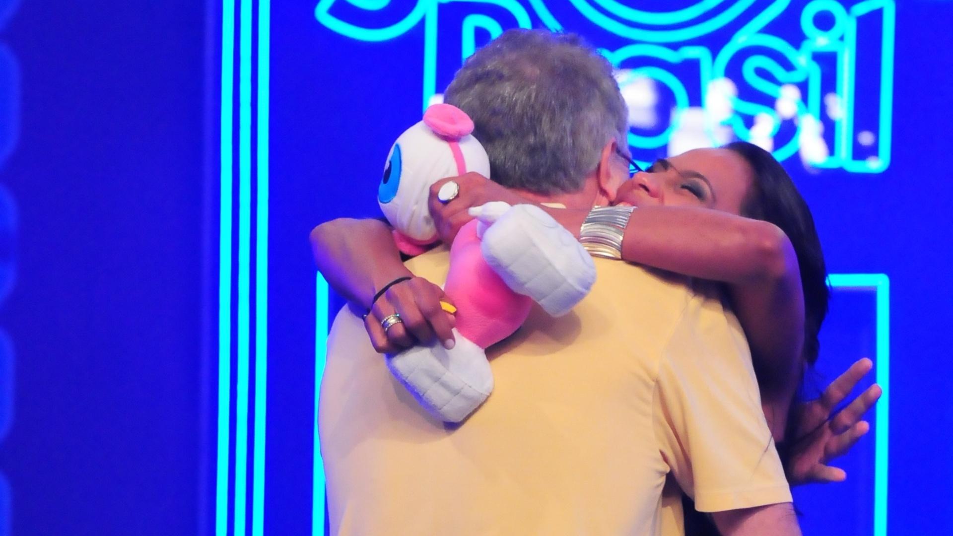 Kelly abraça Pedro Bial após sua eliminação (25/3/12)