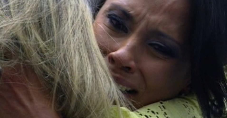 Kelly e Fabiana se abraçam e choram após eliminação da mineira (25/3/12)
