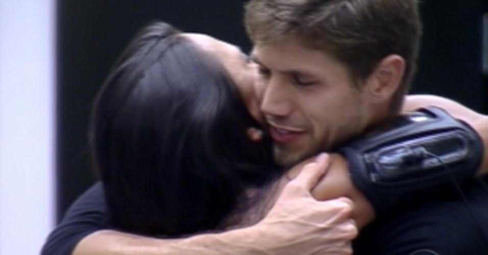 Kelly e Jonas se abraçam e se despedem (25/3/12)