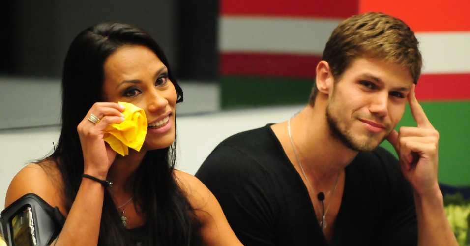 Kelly e Jonas se emocionam com discurso de Pedro Bial (25/3/12)