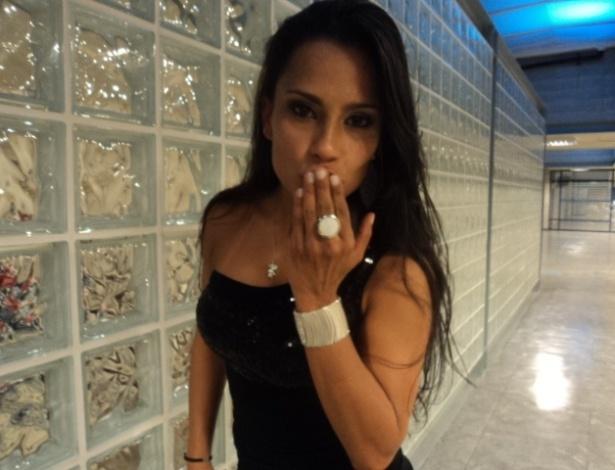 "Kelly posa para foto mandando um beijo, após ser eliminada do ""BBB12"" (26/3/12)"