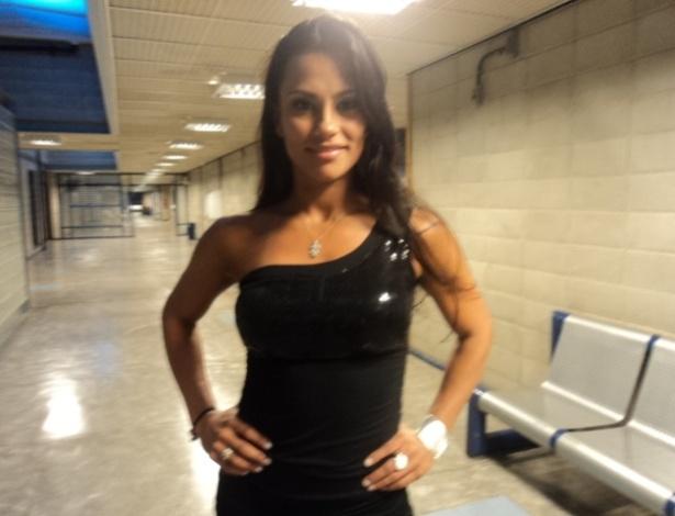 """Kelly posa para fotos após ser eliminada do """"BBB12"""" (26/3/12)"""