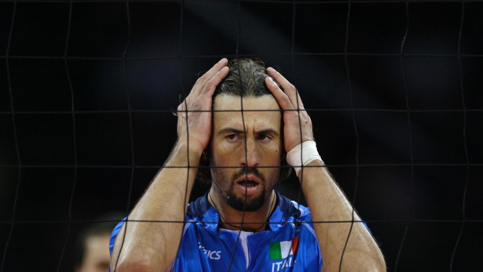 Vigor Bovolenta é fotografado em jogo da seleção italiana na Olimpíada de Pequim-2008; meio de rede sofreu um mal súbito durante uma partida da quarta divisão do Campeonato Italiano e morreu no dia 24/03/2012)