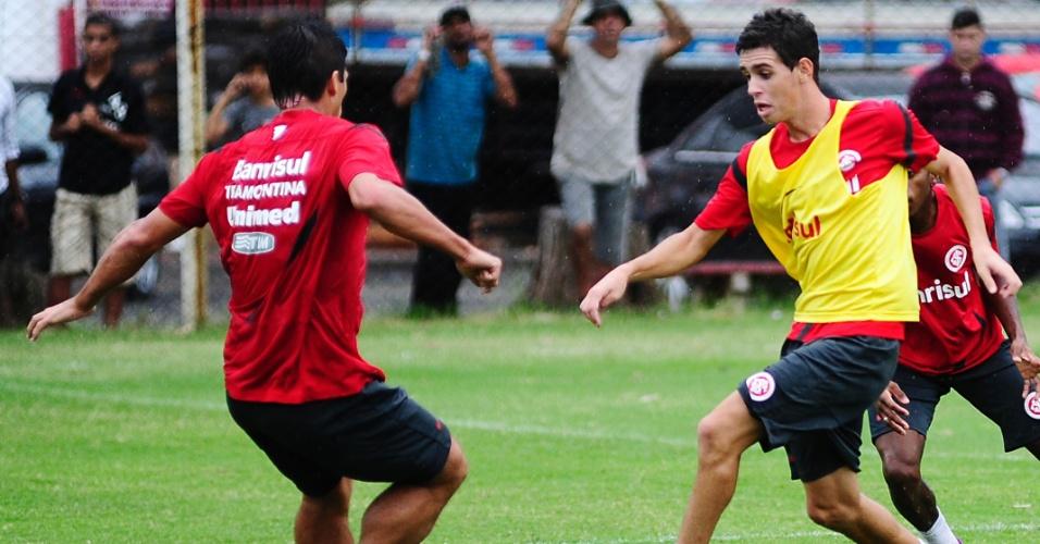 Meia Oscar volta aos treinos do Inter, mesmo depois da Justiça determinar o retorno ao São Paulo (26/03/2012)