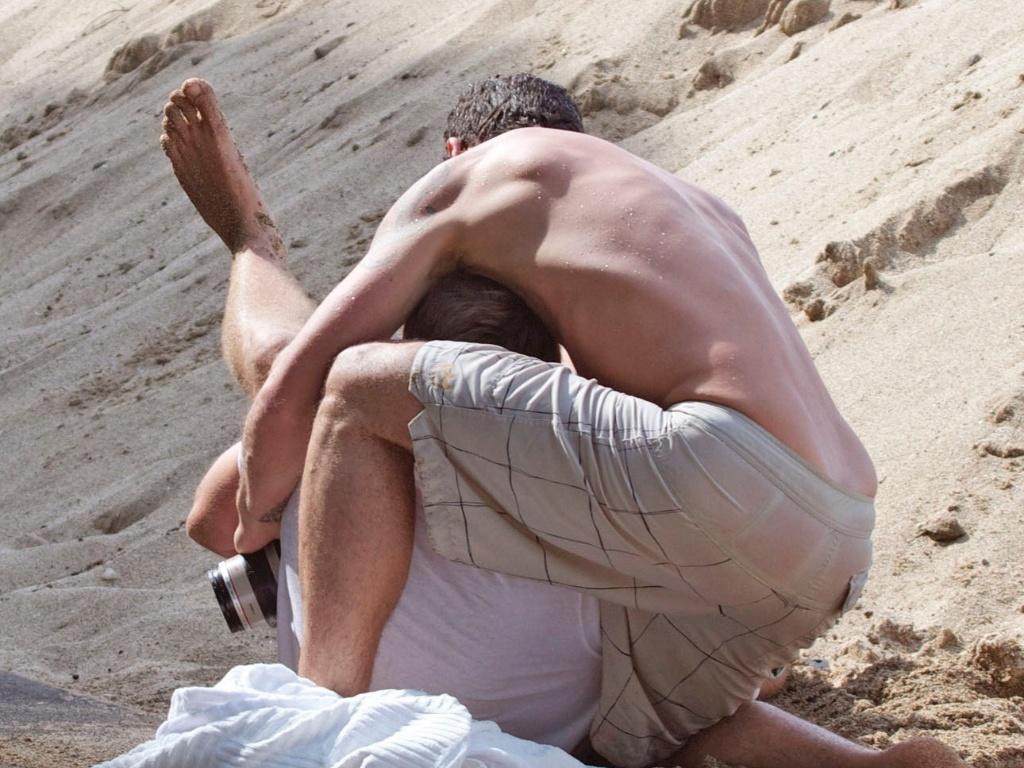 O marido da atriz Megan Fox, Brian Austin Green, está sendo processado por um paparazzi que alega ter sido agredido por Green após tirar fotos do casal no Havaí (18/12/10)