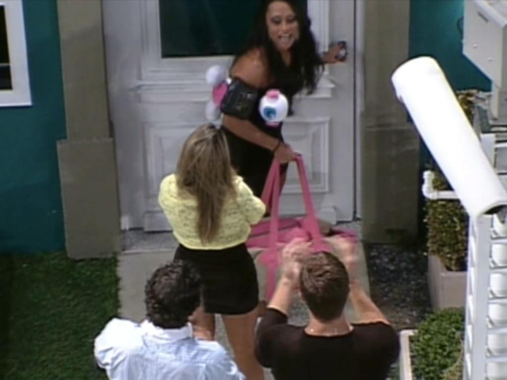 Pouco antes de sair da casa, Kelly disse que estava realizada com o confinamento (25/3/12)