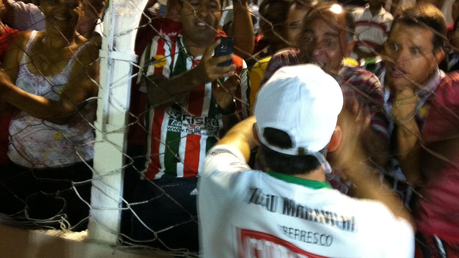 Túlio Maravilha dá autográfos e tira fotos com os torcedores do CSE-AL
