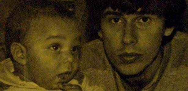 Daniel aparece ainda bebê ao lado do pai em foto divulgada pelo site oficial do