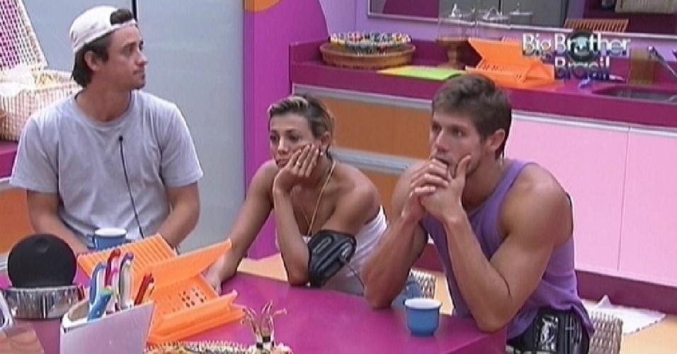 Depois de tirarem soneca à tarde, Fael (esq.), Fabiana e Jonas (dir.) acordam e tomam café na cozinha (27/3/12)