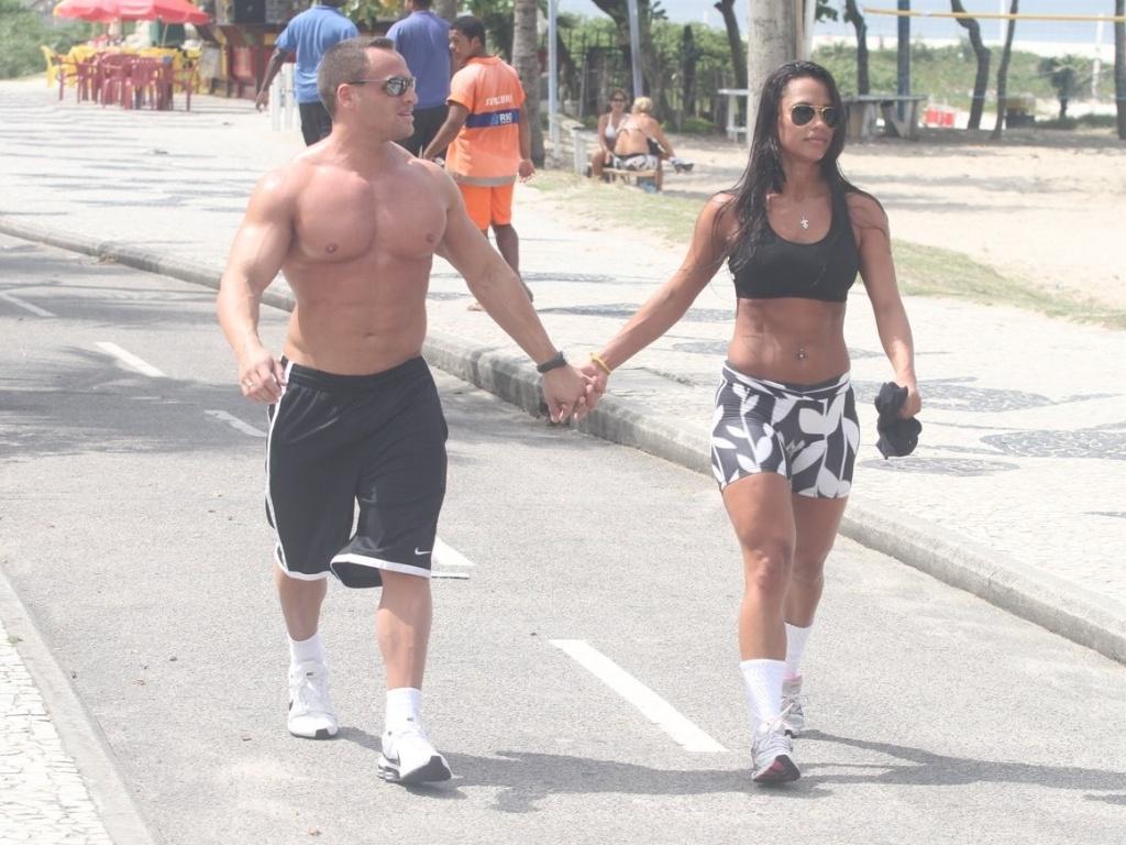 Ex-BBB Kelly anda de mãos dadas com o namorado Fernando David na orla da praia da Barra da Tijuca (27/3/12)