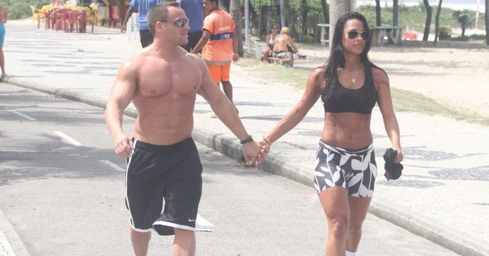 Ex-BBB Kelly anda de mãos dadas com o namorado na orla da praia da Barra da Tijuca (27/3/12)