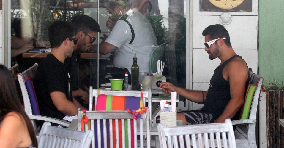 Ex-BBB Yuri almoça com amigos em restaurante da Barra da Tijuca, na zona oeste do Rio (27/3/12)