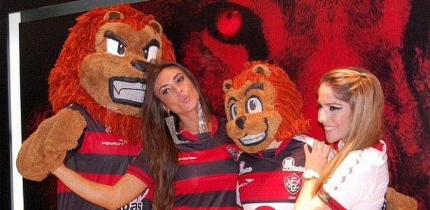 Ex-Panicat Nicole Bahls e ex-BBB Anamara Barreira tiram fotos ao lado dos mascotes do Vitória durante apresentação dos novos uniformes (27/03/2012)