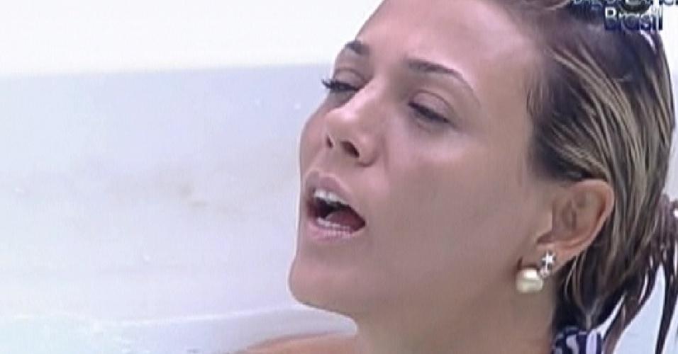 Fabiana aproveita banheira no início da tarde (27/3/12)