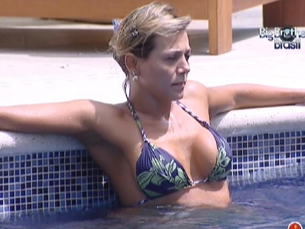 Fabiana aproveita manhã na piscina (27/3/12)