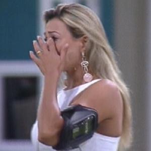 """Fabiana chora ao ouvir música """"Amigo"""" de Roberto Carlos (27/3/12)"""
