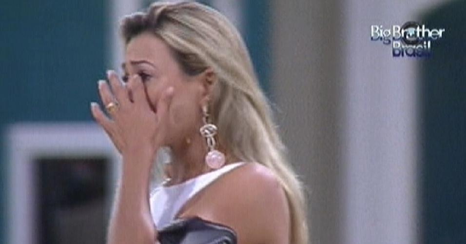 Fabiana chora ao ouvir música