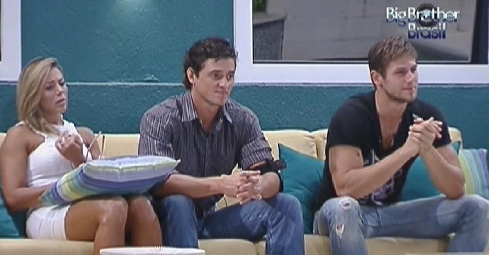 Fabiana, Fael e Jonas aguardam o início do programa ao vivo desta terça-feira (27/3/12)
