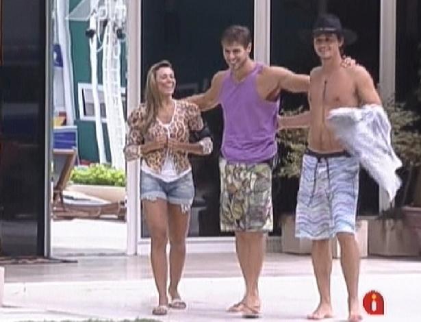 Fabiana, Jonas e Fael comemoram almoço surpresa (27/3/12)