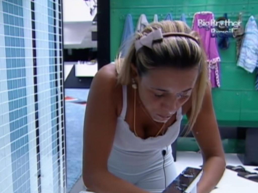 Fabiana lava o rosto antes de dormir nesta segunda feira (26/3/12)