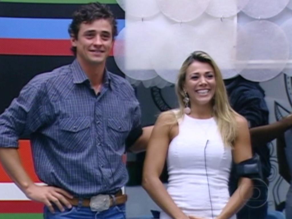 Fael e Fabiana recebem os parabéns de Pedro Bial por estarem na final do