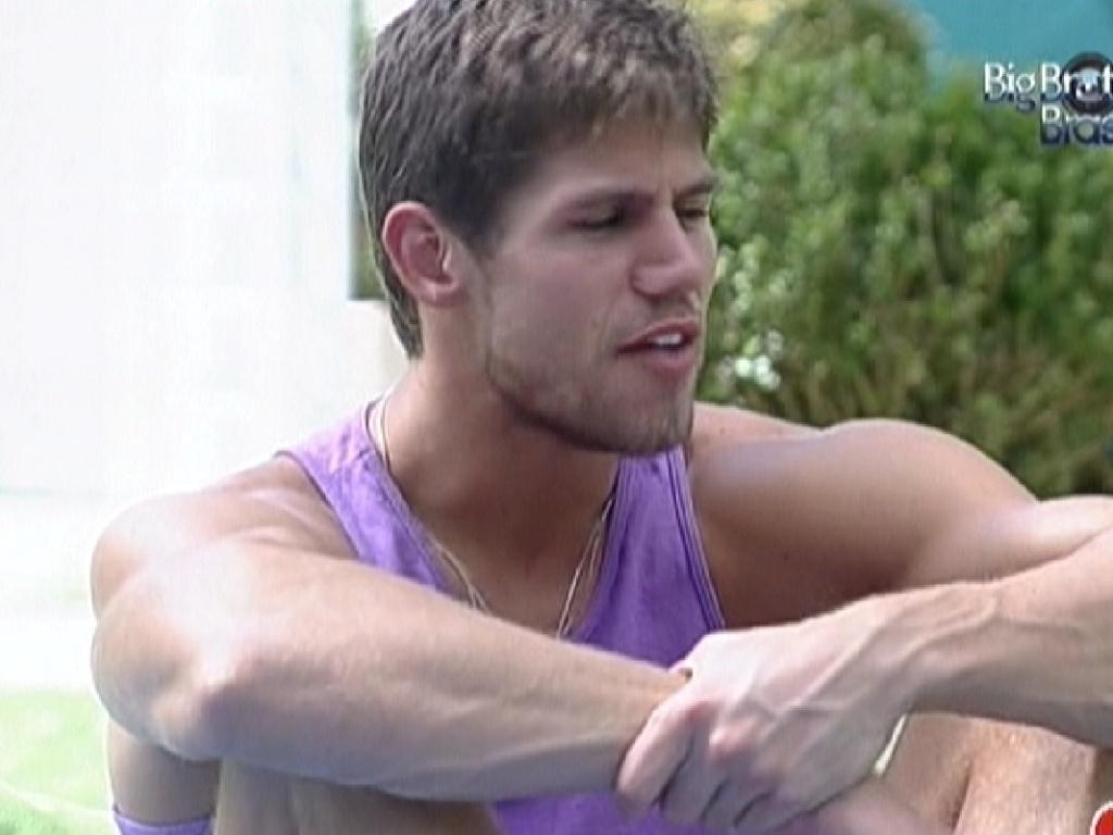 Jonas conversa com Fael no jardim da casa (27/3/12)