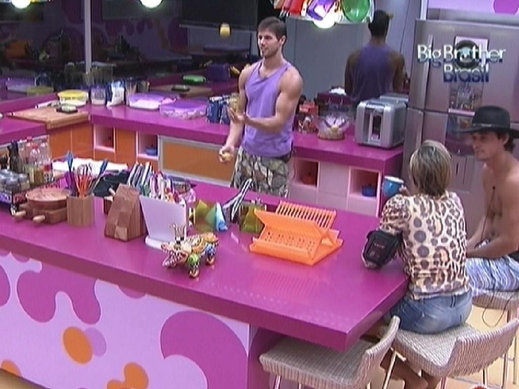 Jonas faz malabarismo enquanto Fabiana e Fael observam na cozinha (27/3/12)