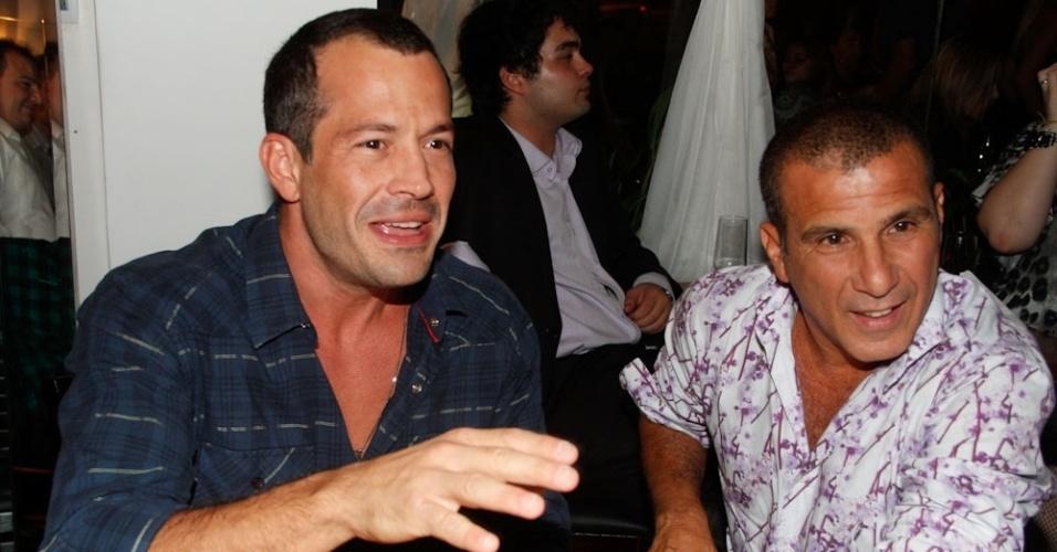 Malvino Salvador e Eri Johnson prestigiam a inauguração do restaurante de Caio Castro, no Itaim Bibi, em São Paulo. O ator de 23 anos inaugurou o