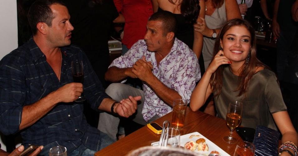 """Malvino Salvador, Eri Johnson e Sophie Charlotte prestigiam a inauguração do restaurante de Caio Castro, no Itaim Bibi, em São Paulo. O ator de 23 anos inaugurou o """"Bistrô Faria Lima"""", seu primeiro negócio. Com uma culinária contemporânea comandada pelo chefe João Neto,Caio Castro optou por uma decoração aconchegante, que remete aos tradicionais bistrôs da França, com um toque moderno (26/3/12)"""