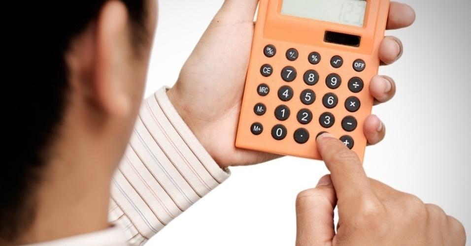 mídia indoor, economia, conta, investimento, poupança, empréstimo, análise, orçamento, negócio, comércio, salário, despesa, finanças, fundos, crescimento, alta, queda, baixa, mercado, dinheiro, caneta, calculadora, lucro, prejuízo, comércio